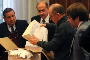Jorge Tobar, flanqueado por los abogados de las partes
